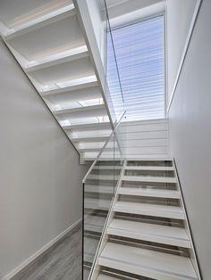 Ikkunasta tuleva luonnonvalo valaisee portaikon kauniisti. Villa Roihussa on Pihlan ikkunat ja ovet.