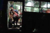 Budapest le 4 et 5 septembre 2015, en prenant le bus pour l'Autriche nous amenant sans un camp de réfugiés à Nickelsdorf à la frontière Austro Hongroise, avec des immigrés Afghans Zabihullah Sharifi 28 ans avec sa femme Bushre 24 ans et leur fille d'une année Behsa, dans des conditions extrêmement difficile au lever du jour sous la pluie les autorités autrichiennes les ont pris en charges avec 2000 migrant venant des pays du moyen orient, tous partis de la gare de Keleti de Budapest. ©… Bus, Afghans, Budapest, 28 Years Old, Middle East, In The Rain, Austria, Train Station, Crochet Blankets