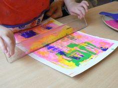 """Hauska tapa tehdä keväinen tausta esim. pääsiäistöihin. Paperi teipataan maalarinteipillä alustaan. Sen jälkeen valitaan  sopivat sävyt pullopeiteväreistä ja """"lurautellaan"""" taustaan. Sen jällkeen vedellään viivoittimella painaen värit paperiiin."""