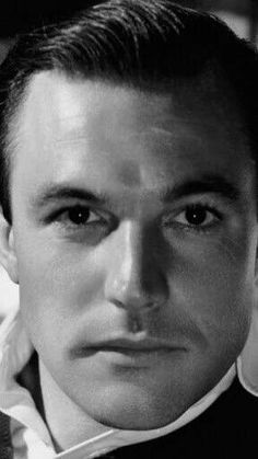 Gene Kelly they don't make them any more good looking than this man right here ❤️❤️❤️
