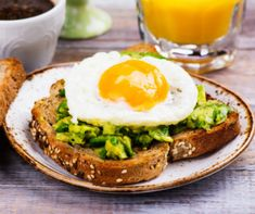 Get your mornings off to an energetic – and delicious! – start this year with Egg and Avocado Toast. Healthy Breakfast Recipes For Weight Loss, Health Breakfast, Easy Healthy Breakfast, Healthy Chicken Recipes, Easy Healthy Recipes, Healthy Snacks, Breakfast Ideas, Easy Meals, Avocado Toast