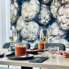 Ons wandkleed Artichoke hangt in restaurant Linde in Reek. Prachtig interieur met groentinten waar wandkleed Artichoke zo goed bij past Alcoholic Drinks, Restaurant, Wine, Glass, Drinkware, Diner Restaurant, Corning Glass, Liquor Drinks, Restaurants