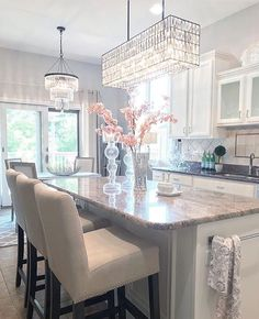 The space and the light fixtures Kitchen Lighting Over Table, Kitchen Lighting Fixtures, Light Fixtures, Interior Design Courses, Best Interior Design, Luxury Kitchens, Cool Kitchens, New Kitchen, Kitchen Decor