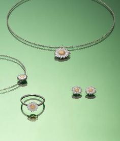 Fein und detailreich erscheint dieser Schmuck in der Form eines Gänseblümchens. Die Twotone-Optik aus einem eleganten Goldton und Edelstahl unterstreicht das frühlingshafte Design. Ein junger, moderner Schmuck, der Lust auf den Frühling macht. Ring Necklace, Pearl Necklace, Elegant, Form, Pearls, Bracelets, Jewelry, Design, Stud Earring