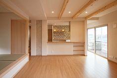 広いリビングダイニングはペット対応の床材にて仕上げております。|インテリア|リビング|ダイニング|ナチュラル|デザイン|おしゃれ|タイル|飾り棚|