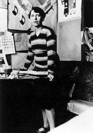 245-15-Sophie Taeuber=Arp iniziò la carriera come specialista di materie tessili e insegnò tessitura e ricamo alla scuola di artigianato di Zurigo,il suo lavoro forse fu influenzato dal marito,Jean Arp,verso una astrazione più accentuata.La sua preparazione nel campo delle arti decorative la portò ad essere la prima artista a ritenere che L' astrazione era un punto di partenza non di arrivo.--------------Sophie Taeuber al lavoro.
