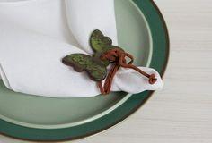 4 porta guardanapos de ceramica moldados manualmente, texturizados, esmaltados e com amarração em couro.