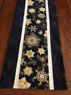 Tablerunner and Friends Table runner winter snowflakes night sky metallic Quilted Table Runners Christmas, Christmas Runner, Table Runner And Placemats, Table Runner Pattern, Christmas Quilting, Christmas Tables, Quilted Table Toppers, Tablerunners, Sewing Table