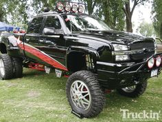 1112tr-24+down-to-earth-day-2011-custom-truck-show+lifted-chevy-silverado