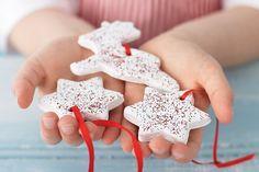 Dans cet article nous allons vous montrer comment faire une décoration sapin de Noël en pâte à sel.Nos idées originales à faire avec les enfants sont très
