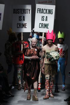 Ein Protest auf dem Laufsteg bei Vivienne Westwood Red Label Frühjahr/Sommer…