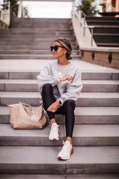 Look Casual Otoño, Casual Sporty Outfits, Sport Outfits, Winter Outfits, Casual Sneakers Outfit, White Sneakers Outfit Spring, Sneaker Outfits Women, Athleisure Outfits, Athleisure Fashion