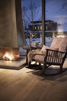 Was man an einem kalten Wintertag neben einem heißen Ofen und einem Schaukelstuhl noch braucht? Genau - eine feine Decke und ein kuscheliges Kissen. Foto: FINE