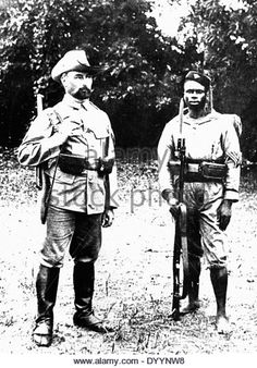 A German soldier and an Askari in Cameroon, around 1900 - Stock Image