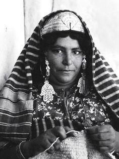 A Jewish Tunisian woman knitting. Photograph by Frank Scherschel. Tunisia, 1950s.