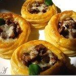 Potato cups with mushrooms Finger Food Appetizers, Finger Foods, Appetizer Recipes, Good Food, Yummy Food, Romanian Food, Cooking Recipes, Healthy Recipes, Main Meals