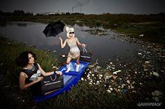 """ภาพนางแบบโพสต์ท่าถือถุงช็อปปิ้งที่มีข้อความว่า """" ถึงเวลา…ถึงเวลาแฟชั่นต้องปลอดสารพิษ"""" และ """" Fashion without pollution"""" หรือ """"แฟชั่นปลอดสารพิษ"""""""