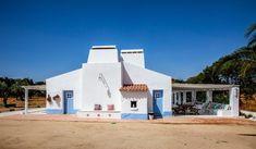 Porches, Bahamas House, Casa Patio, Portugal, Outdoor Spaces, Outdoor Decor, Courtyard House, House Paint Exterior, European House