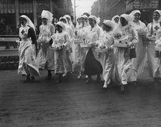 Fotos de la Primera Guerra Mundial: 99 aniversario del verano de su comienzo (IMÁGENES). 1916. Enfermeras recolectando fondos para la ayuda de soldados heridos.