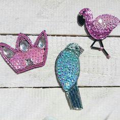 Броши ручной работы из бисера,  стекляруса и пайеток.  Купить брошь фламинго,  птичка,  корона.  Розовый фламинго,  розовпя корона,  голубая птичка.