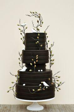 gâteau noir bourgeons et oiseaux blancs