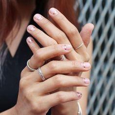 Manicure negativa: a tendência que vai te conquistar!