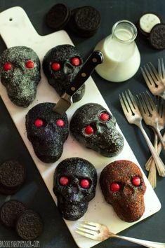 Get into the Halloween spirit with these spooky dark chocolate & oreo mini skull cakes! Recipe can be made as a bundt cake too! Halloween Dinner, Halloween Food For Party, Halloween Cupcakes, Halloween Treats, Halloween Halloween, Halloween Candles, Halloween Decorations, Homemade Chocolate, Chocolate Oreo