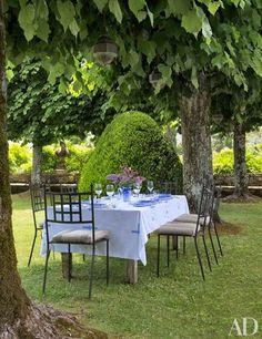Alfresco dining in the garden of Villa Cetinale, a 17th-century Tuscan villa