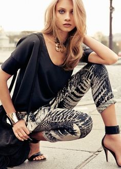 Simple but glamorous summer fashion outfit, the special patterned legging,blouse,bracelet and stunning sandals make a perfect summer fashi. Moda Outfits, Cute Outfits, Passion For Fashion, Love Fashion, Dress Fashion, Fashion Photo, Fashion Women, Patterned Leggings, Spring Fashion Trends