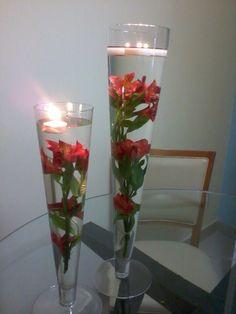 Astromelias  Arranjo na tulipa de vidro com velas.