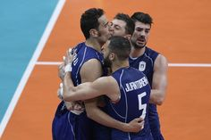 Italy's Filippo Lanza (R) and teammates celebrate after winning the first set during the men's semi-final volleyball match between Italy and USA at Maracanazinho Stadium in Rio de Janeiro on August 19, 2016, at the Rio 2016 Olympic Games. / AFP / Juan Mabromata