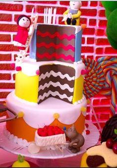 Esse bolo parece cenográfico, mas não é. Realizado por Cristina Buchain (www.cristinabuchain.com.br) para a festa Chapeuzinho Vermelho e o Lobo Bom. Repare que a personagem principal da história está colocando a velhinha no bolo, enquanto o lobo ajuda levando as cerejas para decorar o doce.