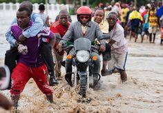 07.05 Les fortes pluies ont rendu impraticables les rues de Dar es Salaam, capitale économique de la Tanzanie. Du coup, c'est le système D pour traverser les artères inondées.Photo: AFP/Daniel Hayduk