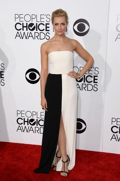 Beth Behrs wears a strapless white Giulietta Spring 2014 gown with classy center-slit featured a black panel at the skirt. People's Choice Awards 2014.