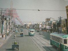 東京タワーもまだ建設中だった昭和30年代。この画像は映画 「ALWAYS 三丁目の夕日」より。★特に3作目の「ALWAYS...'64」など、私はリアルタイムで子供でした〜!日本中がキラキラ✨と希望に満ち溢れていた時代。あの時のオリンピックは何のことやら理解できてなかったけど、それがまた巡って来るのは感慨深いものがあります。