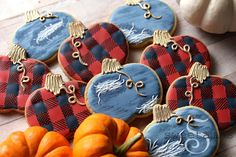 These denim and plaid pumpkin cookies make me want to break out my ripped jeans and favorite flannel shirt! This set is my contribution to the annual GoBo Bake Sale organized by Funky Cookie Studio in Sister Bay, Wisconsin. Read all about it here!