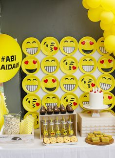 Emoji birthday party table #emojiparty #emojibirthday #birthdaycake #birthdayparty #party #partyplanning #partyfood #partydecor