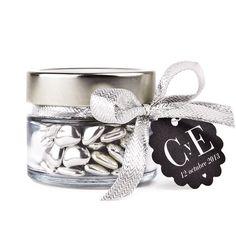 Preciosos corazones de chocolate y plata brillante. Exclusivo regalo para los invitados a tu boda. www.vadelazos.com