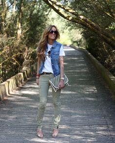 Camiseta / T-shirt: Little id  Chaleco / Vest: Bershka   Pantalones / pants: Pull   Sandalias / Sandals: Zara   Clutch: Zara