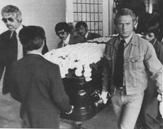 Actors and close friends James Coburn (far left) and Steve McQueen (right) were some of the pallbearers at Bruce Lee's funeral Bruce Lee, Brandon Lee, Hollywood Stars, Classic Hollywood, Old Hollywood, Steeve Mac Queen, Post Mortem, Jeet Kune Do, Charles Bronson