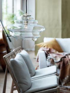 Pendel Cindy är handgjord och tillverkad i munblåst glas, varje lampa blir därmed unik. Pendeln hängs upp med tre stycken stålvajrar ihop med en svart text
