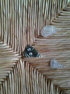 Pendentifs en fils de fer et en verre de mer