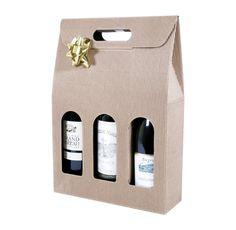 Etui à bouteille en carton. Fabriqué en carton, l'étui à bouteille permet de mettre en valeur vos bouteilles de vin. Les fenêtres découpées laissent apparaitre l'étiquette des bouteilles et permettent de les identifier facilement. Une poignée présente sur la partie supérieure permet de transporter facilement l'étui, faisant office d'emballage cadeau. #packaging #carton #box Packaging Carton, Transportation, Drinks, Design, Winter Fashion, Box Sets, Drink, Design Comics, Drinking