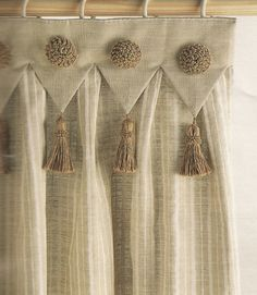 Rinnovare le tende senza cambiare le tende? Con HSR si può! Luxury Curtains, Home Curtains, Curtains Living, Kitchen Curtains, Cream Curtains, Ethnic Home Decor, Indian Home Decor, Curtain Patterns, Curtain Designs