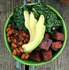 #Vegan BBQ Bowl: Black-eyed peas, steamed kale, and barbecue tofu all dressed in a homemade BBQ sauce   The Sweet Life