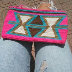 Monedero o bolsito Wayuu hecho a mano con tejido geometrico/ Purse or small bag Wayuu handmade with geometric fabric. Size 13cm x 22cm