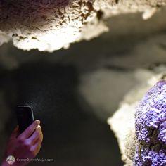 #DesertoDoAtacama no #Chile - Passeio pela caverna do Cânion das Cuevas de Sal esculpida por um rio que passava na região à milhões de anos. A entrada é sinalizada com uma pequena placa no início do caminho nos sentimos minúsculos diante da imponência destes paredões. Aqui é bem importante utilizar o flash do celular ou até mesmo uma lanterna já que a Cueva de Sal vai estreitando e escurecendo ao longo do trajeto. Deixe bolsas e mochilas no carro elas só irão atrapalhar evite carregar…