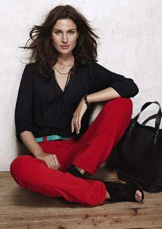 caroll paris  pantalon rojo y blusa negra