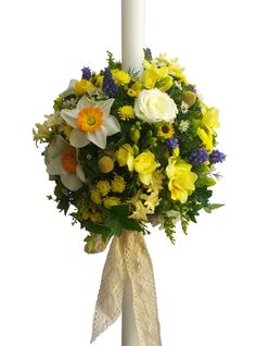 Lumanare botez alcatuita din trandafirasi albi, muscari, solidago, craspedia, frezii, zambile, wax flower si accesorii. / Baptism candle made of white rose, fly, solidago, craspedia, freesia, hyacinth, wax flower and accessories.