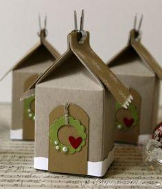 Die süßen kleinen Winterhäuser habe ich mit der Mini Milchkarton Stanze von Stampin' Up! gemacht. Eine fertige Verpackung ist ca. 7,5 x 4 x4 cm groß. Es passt zum Beispiel eine kleine Süßigke…